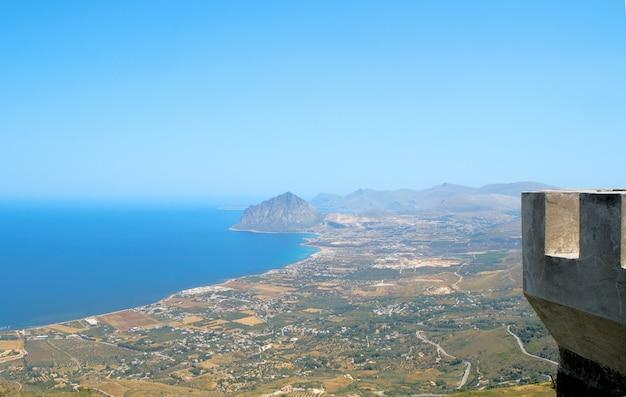 Blick auf den cofano-berg und die tyrrhenische küste von erice (trapani)
