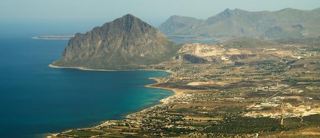 Blick auf den cofano-berg und die tyrrhenische küste von erice