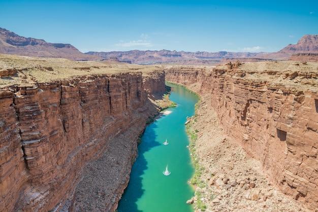 Blick auf den colorado river im grand canyon von den navajo-brücken