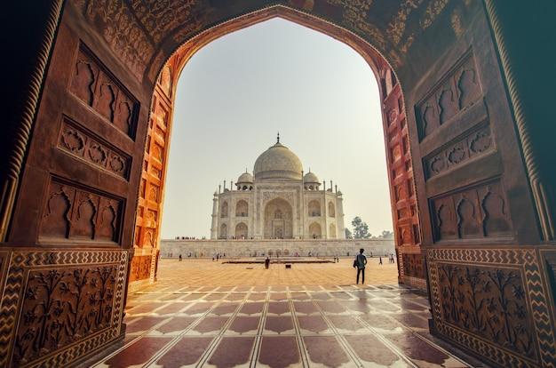 Blick auf den eingang eines indischen tempels