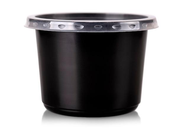 Blick auf den einweg-lebensmittelbehälter aus schwarzem kunststoff mit klarem deckel, isoliert auf weiß