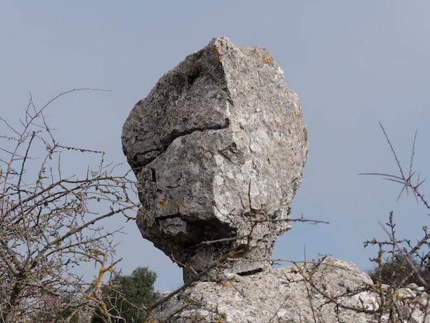 Blick auf den einzigartigen stein im naturpark torcal de antequera.