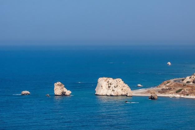 Blick auf den felsen der aphrodite in zypern