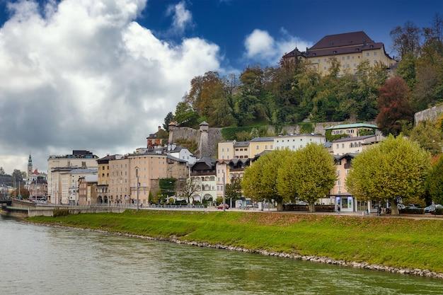 Blick auf den fluss salzach und straßen der stadt salzburg, österreich