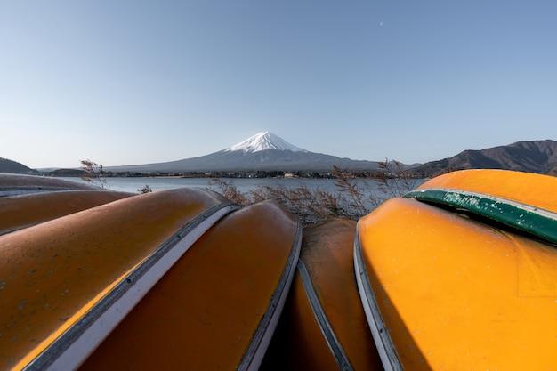 Blick auf den fujisan oder fujisan mit gelbem boot und klarem himmel