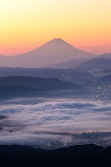 Blick auf den fujisan und das nebelmeer über dem suwa see am morgen vom takabochi highland