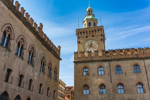 Blick auf den glockenturm am palazzo comunale in bologna. italien