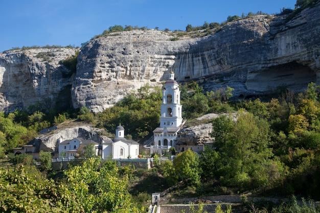 Blick auf den glockenturm des klosters der heiligen dormitio auf der krim im sommer