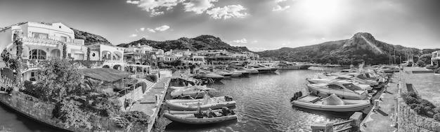 Blick auf den hafen mit luxusyachten von poltu quatu, sardinien, italien. diese malerische stadt ist ein echtes juwel an der costa smeralda und ein magnet für luxusyachten und ein spielplatz für milliardäre