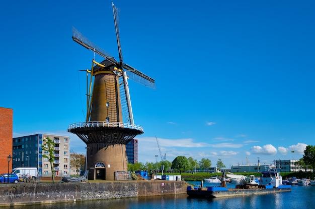 Blick auf den hafen von delfshaven und die alte getreidemühle de destilleerketel rotterdam niederlande