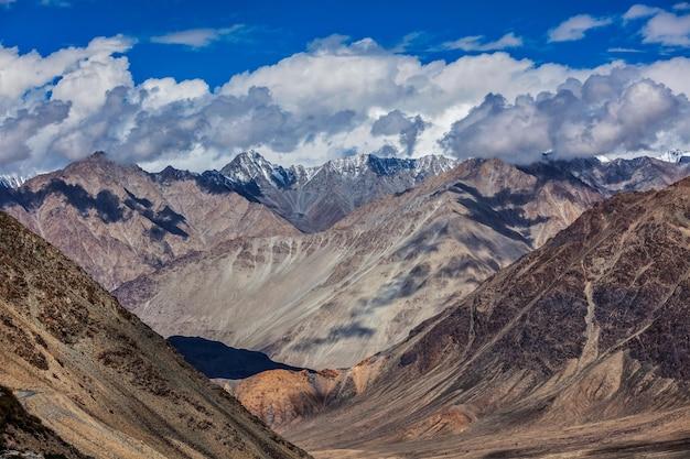 Blick auf den himalaya in der nähe von kardung la pass ladakh indien