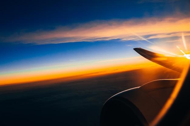 Blick auf den himmel aus dem flugzeug