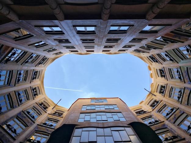Blick auf den innenhof und das atrium der casa mila. barcelona, spanien