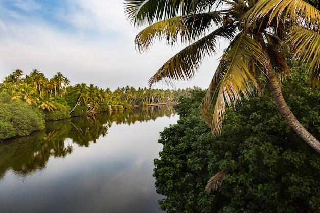 Blick auf den kanal bei sonnenuntergang. bundesstaat kerala, südindien