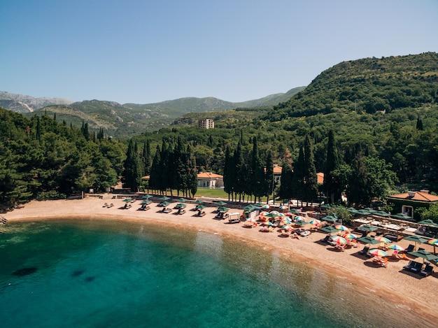 Blick auf den königlichen strand von przno in montenegro