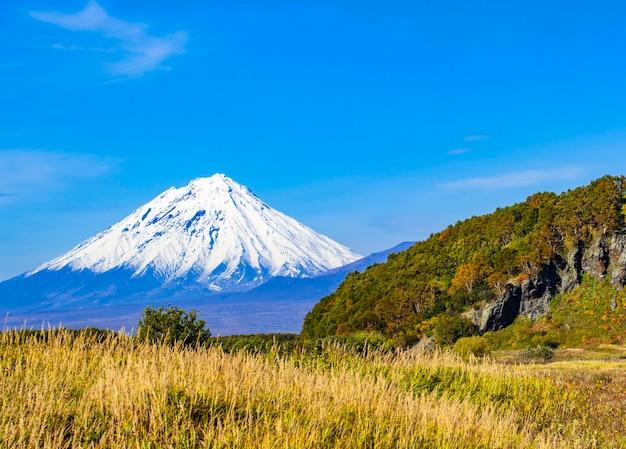 Blick auf den koryaksky-vulkan auf der halbinsel kamtschatka