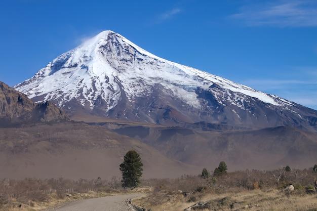 Blick auf den lanin-vulkan von der straße zum tromen-see in neuquen, argentinien.
