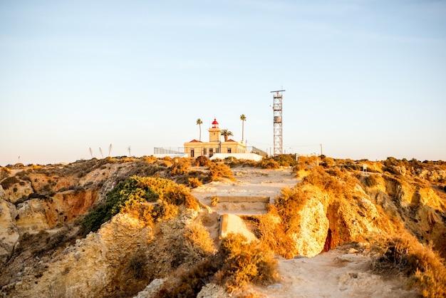 Blick auf den leuchtturm an der ponta de piedade im süden portugals