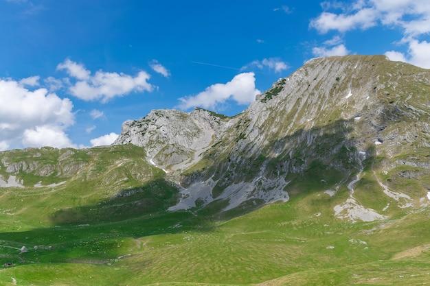 Blick auf den malerischen berg prutasch mit schneestreifen.