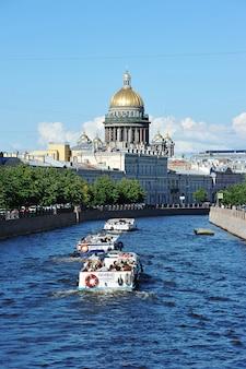 Blick auf den moika-fluss und die isaakskathedrale in sankt petersburg