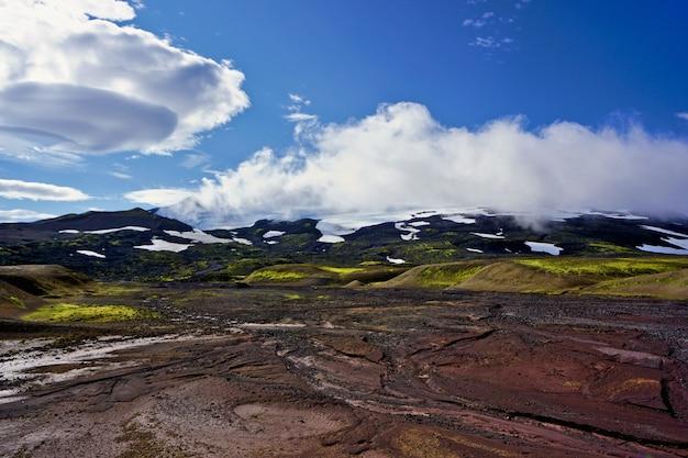 Blick auf den nationalpark snæfellsjökull im westen islands. kombination von farben und unglaublichen wolkenformationen