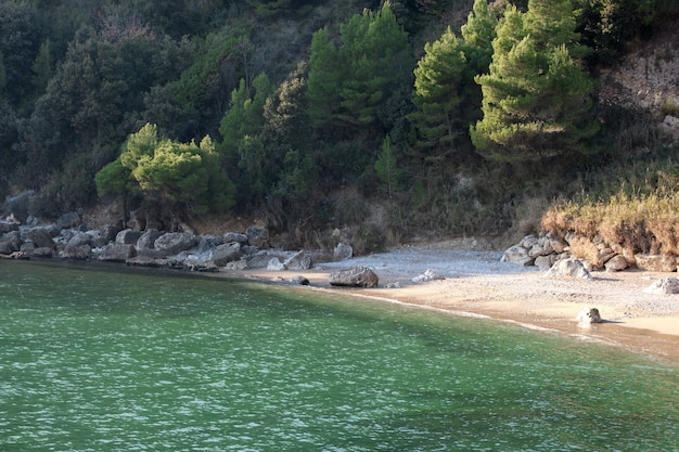 Blick auf den pebbles beach in scauri, italien.