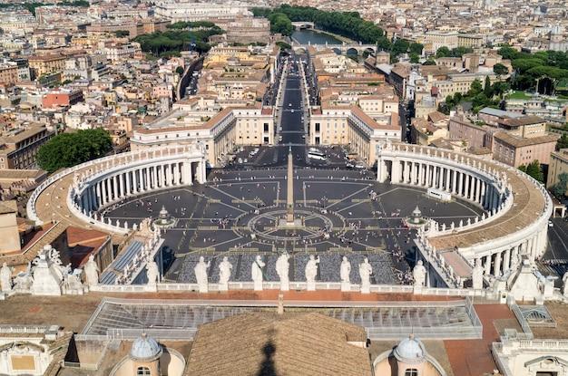 Blick auf den petersplatz vom dach des petersdoms in rom