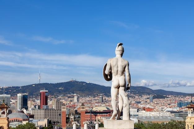 Blick auf den platz placa espanya spaniens mit berühmten monumenten und dem tibidabo-hügel mit blick auf barcelona. katalonien, spanien