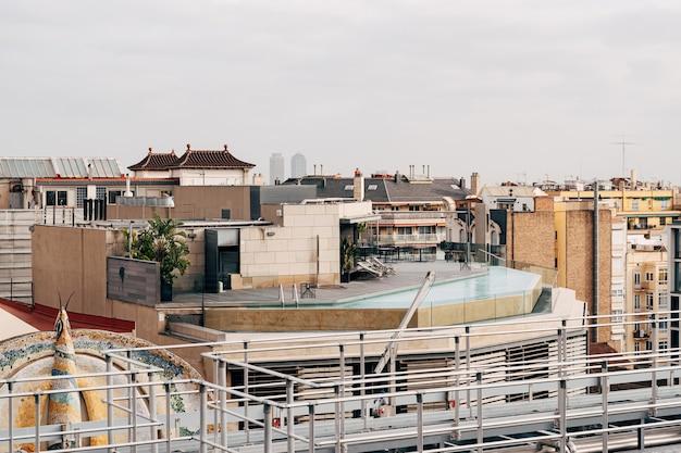 Blick auf den pool auf dem dach von einem nahe gelegenen gebäude auf das dach des hauses, auf dem sich der pool befindet