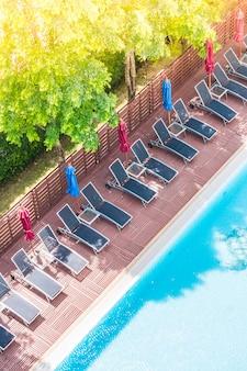 Blick auf den pool von oben mit hängematten