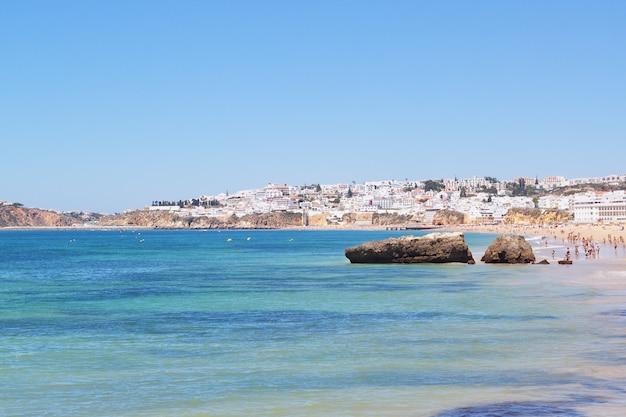 Blick auf den portugiesischen strand vom meer aus.
