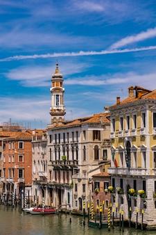 Blick auf den schmalen kanal zwischen bunten historischen häusern in venedig, italien