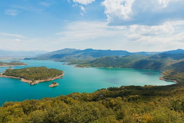 Blick auf den skadarsee aus der höhe. bunte landschaft vom berg an einem sonnigen tag in montenegro