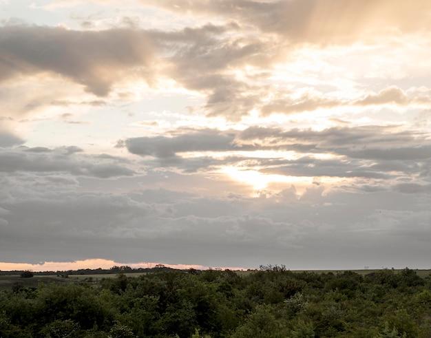 Blick auf den sonnenuntergang am himmel