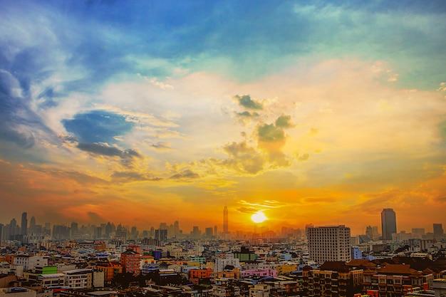 Blick auf den sonnenuntergang in bangkok