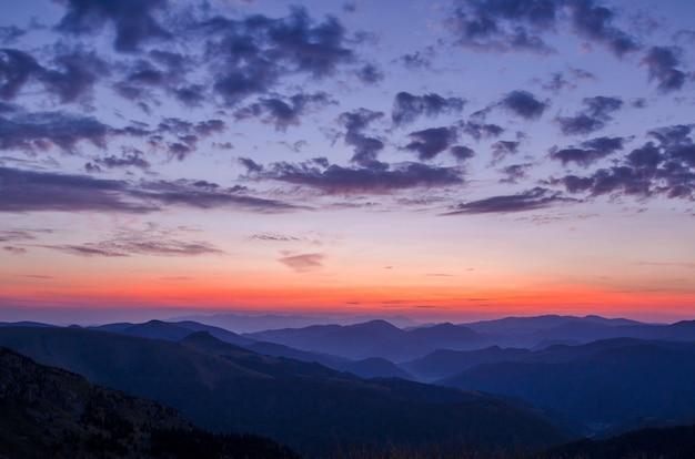 Blick auf den sonnenuntergang von den bergen
