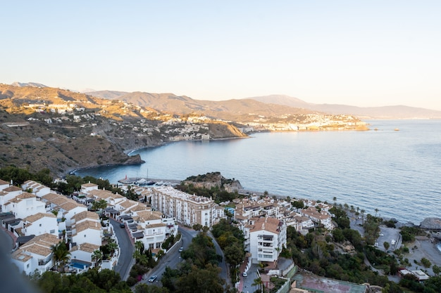 Blick auf den sonnenuntergang von la herradura beach, almuñecar, granada, andalusien, spanien