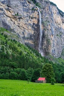 Blick auf den staubbach-wasserfall im lauterbrunnental in der schweiz