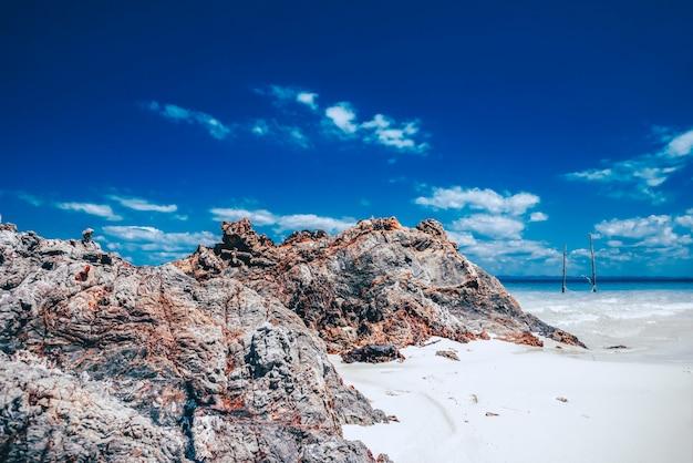 Blick auf den strand mit dem felsen in sali island, myanmar