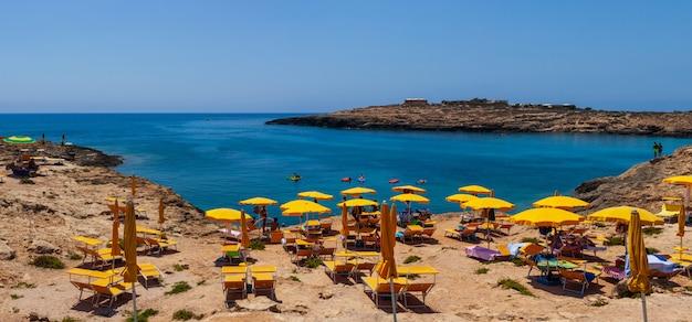 Blick auf den strand von cala croce, lampedusa