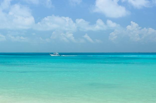 Blick auf den strand von cancun