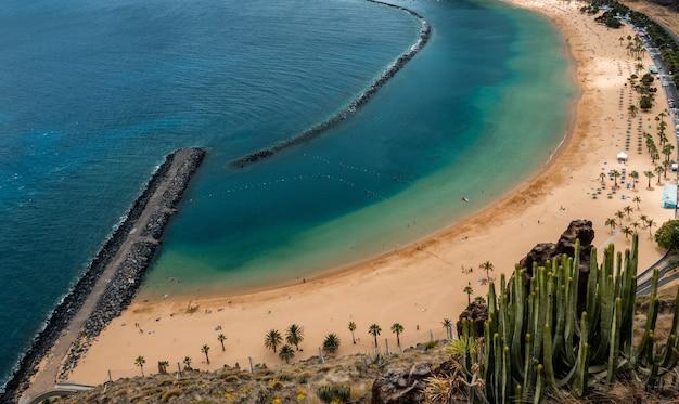 Blick auf den strand von las teresitas, teneriffa
