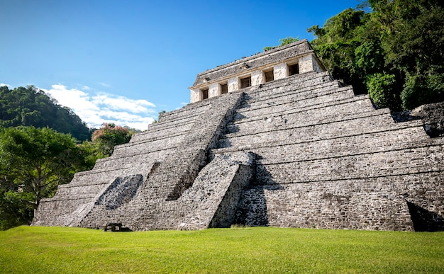 Blick auf den tempel der inschriften in palenque, mexiko. foto in hoher qualität