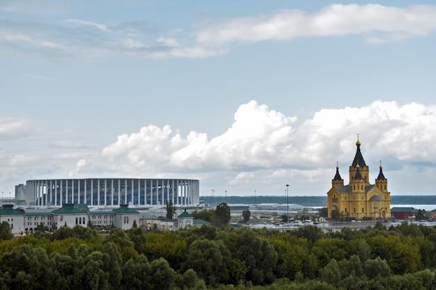 Blick auf den tempel und das fußballstadion. nischni nowgorod