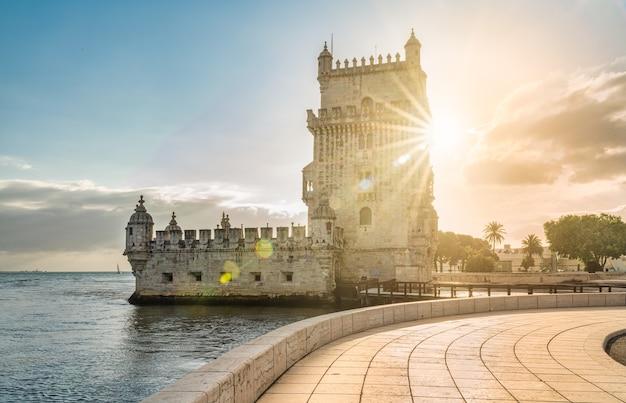 Blick auf den turm von belem in lissabon, portugal bei sonnenuntergang.