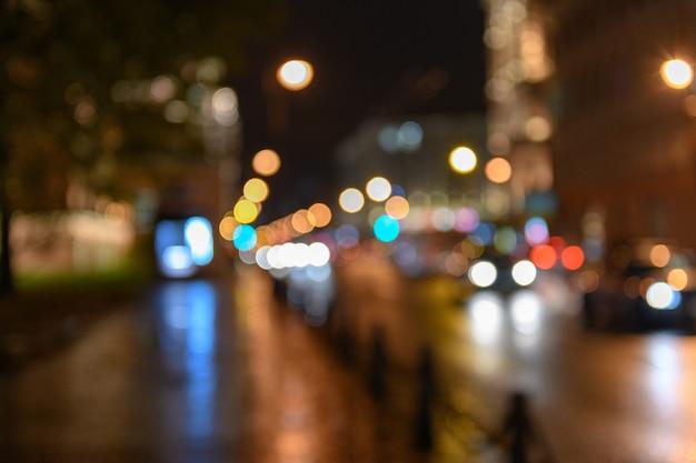 Blick auf den verkehr in der stadtstraße, nachtlandschaft, verschwommenes bokeh backgr