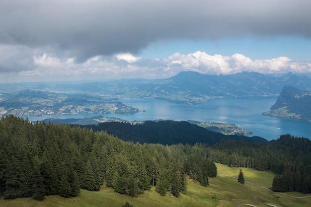 Blick auf den vierwaldstättersee und die berge, luzern, schweiz, europa. sommerlandschaft, sonnenscheinwetter, dramatischer blauer himmel und sonniger tag