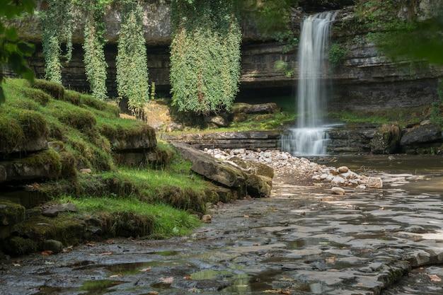 Blick auf den wasserfall askrigg im yorkshire dales national park