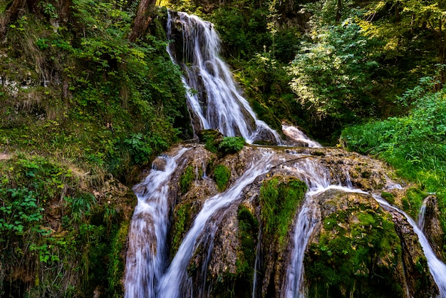 Blick auf den wasserfall gostilje am berg zlatibor in serbien