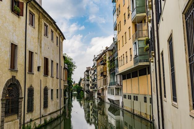 Blick auf den wasserkanal san massimo verläuft zwischen wohnhäusern im zentrum der altstadt von padua, italien